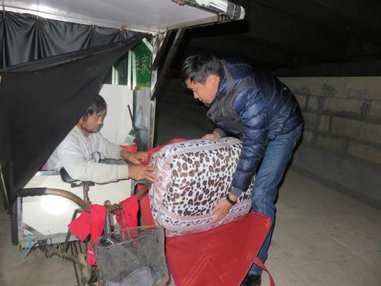 东阳民政部门为困难群众发放生活物资 。 东阳民政局提供