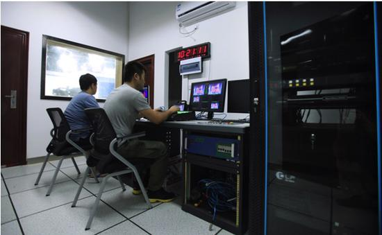 栏目组成员在浙江工商职院校内实训基地(导播室)工作场景。 学校提供