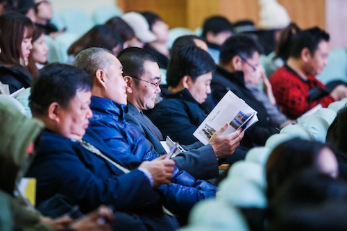 图为现场观众翻看《宁夏旅游攻略手册》  主办方供图