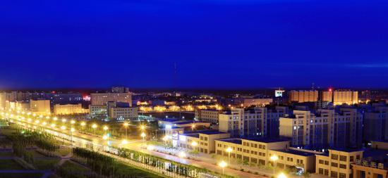 和硕县城夜景。贾洪明 摄