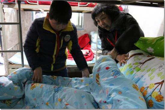 走访当地困难学生。 浙江省红十字会供图