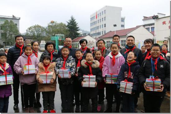 浙江省红十字会为学生送书。 浙江省红十字会供图