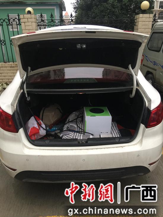 图为警方查获的伪基站设备及作案车辆。
