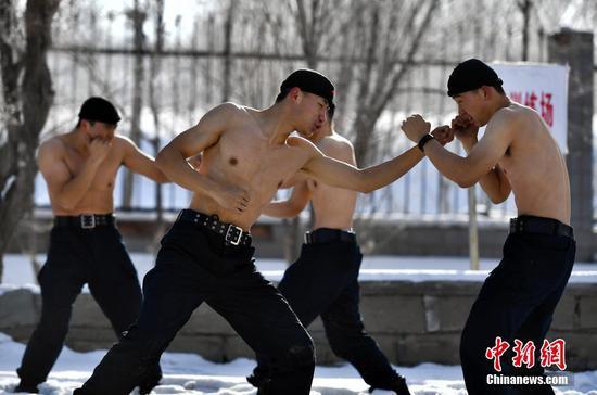 乌鲁木齐特警数九寒天赤膊训练