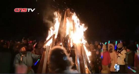 """新疆喀纳斯篝火晚会点燃冬季""""不眠夜"""" 游客:这里风景独好"""