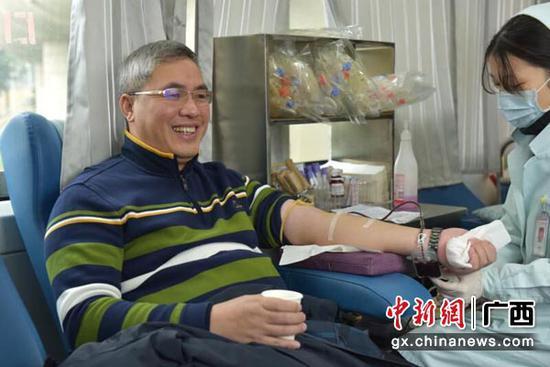 图为街头无偿献血。