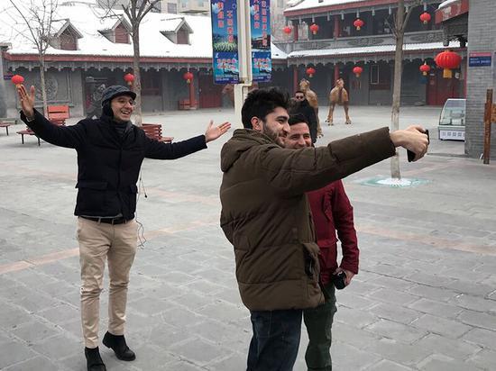 """""""丝路名人中国行""""参访团走进新疆昌吉市感受冰雪与美食"""