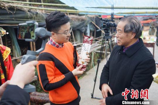 当地农户介绍农产品。 吴继峰 摄