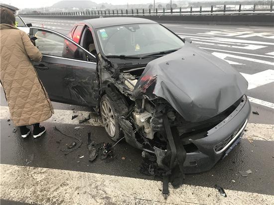 图为被撞的沃尔沃牌小型轿车 。 宁波高速交警供图