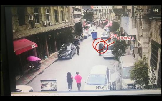 张某打开车门上车后民警快速冲上前将其控制 。 平阳警方供图