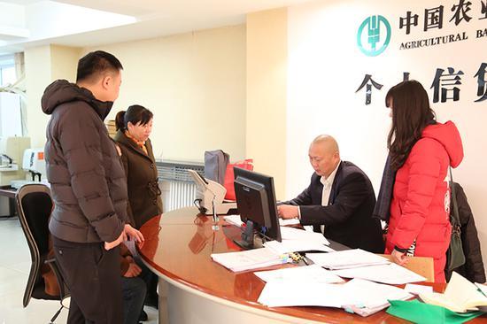 """图为客户在该行个贷中心体验个人信贷""""一站式""""服务。摄影刘建愉"""