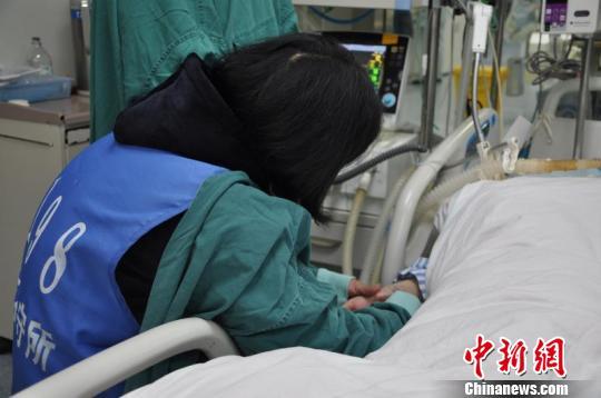 在女儿病榻前,黄某留下了悔恨的泪水。永康市看守所提供