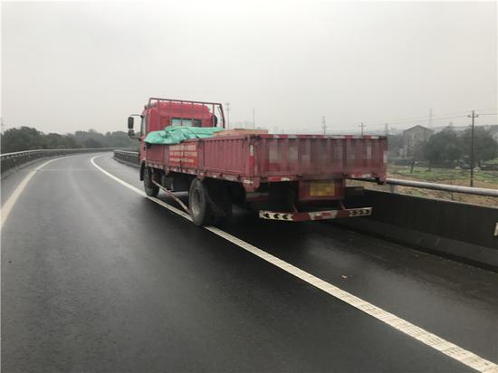 图为事故中的红色货车 。 宁波高速交警供图