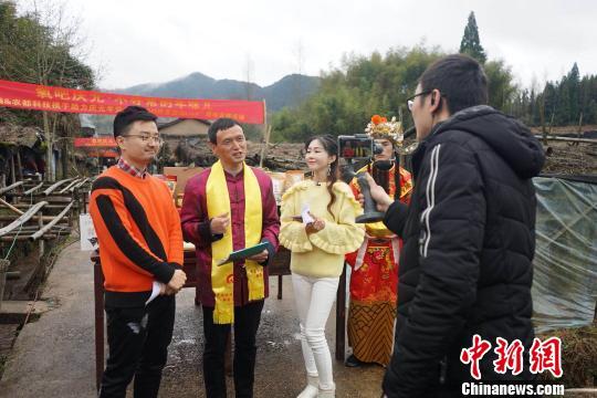 """庆元县副县长吴小军现场也当起了""""主播""""。 吴继峰 摄"""