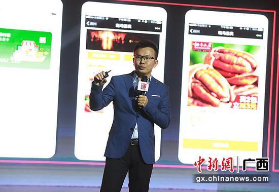 图为腾讯高级运营总监郑立鹏在会上做题为《互联网助力产业升级 服务新中产人群》演讲。