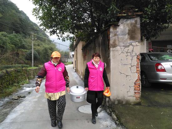 村志愿者为行动不便老人送腊八粥 平水广电供图