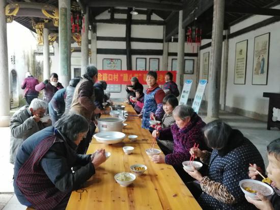 村民们相聚喝腊八粥 平水广电供图
