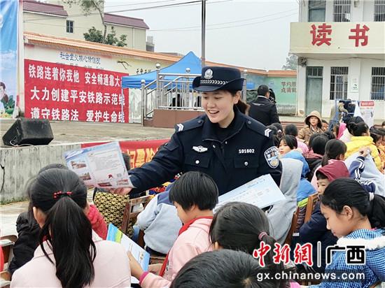 贵港站派出所民警发放宣传资料。