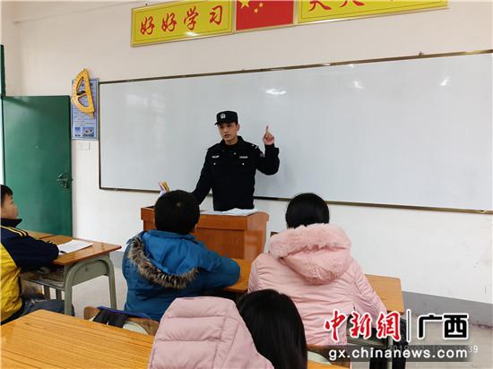贵港站派出所民警开展铁路安全知识课堂。
