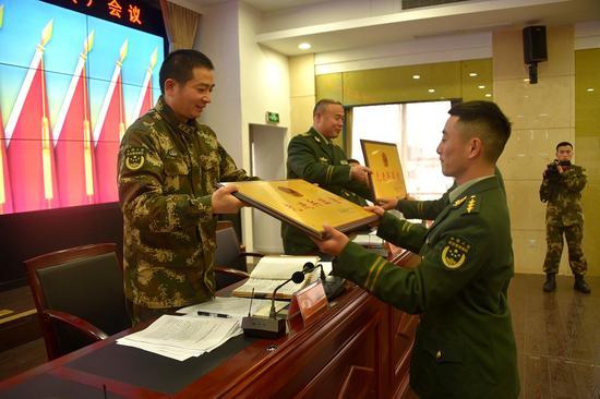 会议表彰了2018年部队建设成绩突出的7个先进单位和16名立功受奖人员。温州武警供图