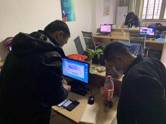 警方扣押电脑17台,手机30余部,查获淫秽视频5万余部。苍南警方供图