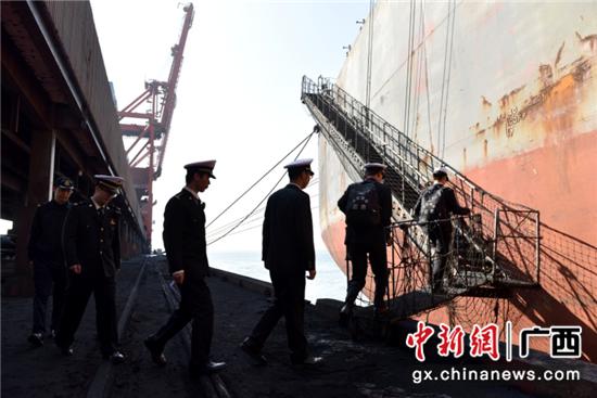 防城海关关员登轮实施卫生检疫工作。