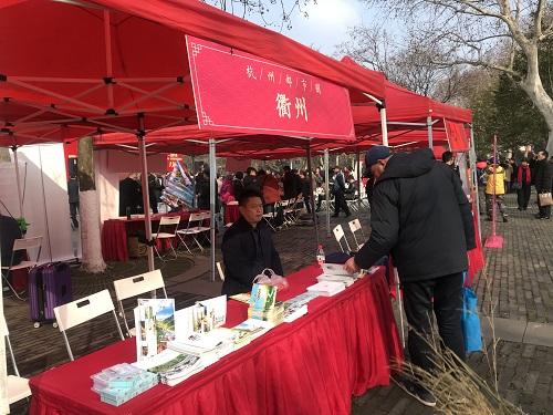 图为杭州市民在杭州市·都市圈新春旅游大联展现场。江杨烨摄