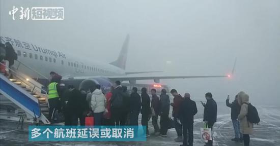 新疆乌鲁木齐机场出现大雾天气 滞留乘客3000余人