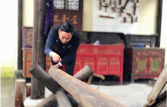 胡亚峰在工作。王嘉斌摄