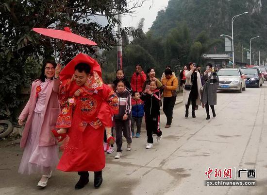 广西河池再现壮族传统婚礼 新娘进门过火盆