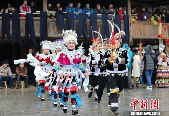 """广西苗乡民众与游人""""打同年""""庆祝苗年"""