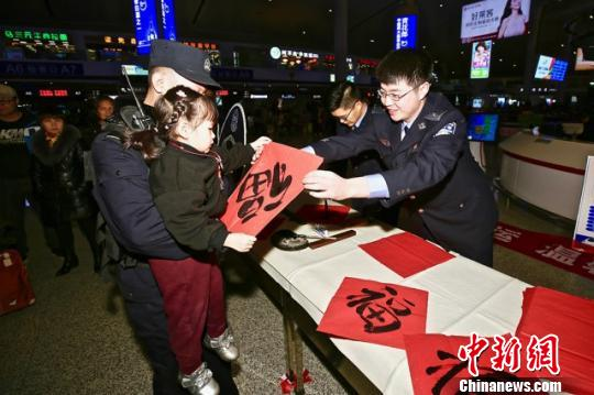 """春节将至乌鲁木齐铁警为旅客送""""福"""""""