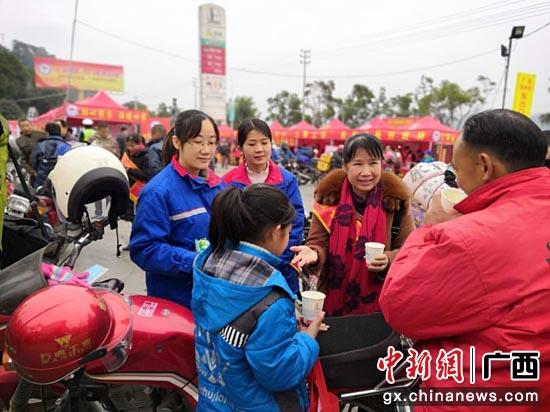 志愿者服务进站的骑摩托车回家老乡