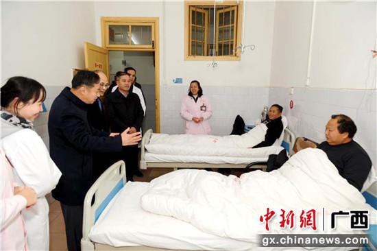 """领导到""""惠民病房""""看望在这里治疗的贫困患者。"""