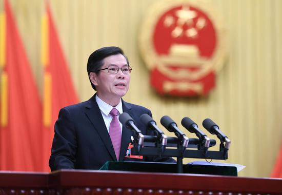 图为:杭州市人民政府市长徐立毅在作政府工作报告。王刚 摄