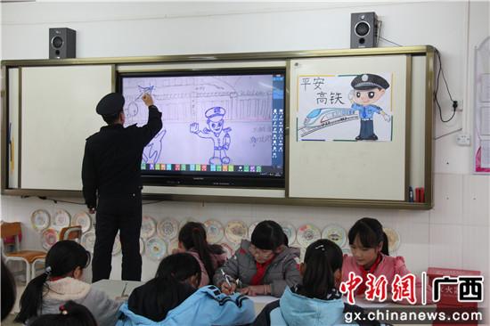 刘欣现场教学和学生一起绘就平安高铁。 廖晓明 摄