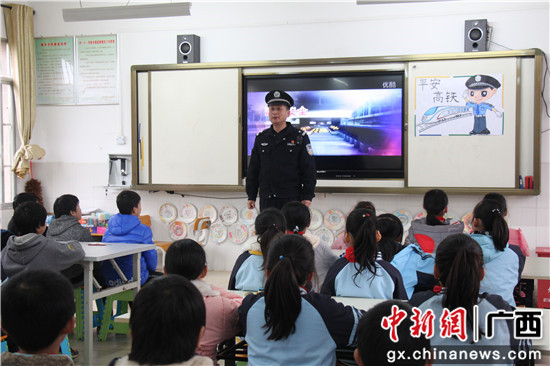 刘欣正在给沿线小学生上安全法制课。 廖晓明 摄