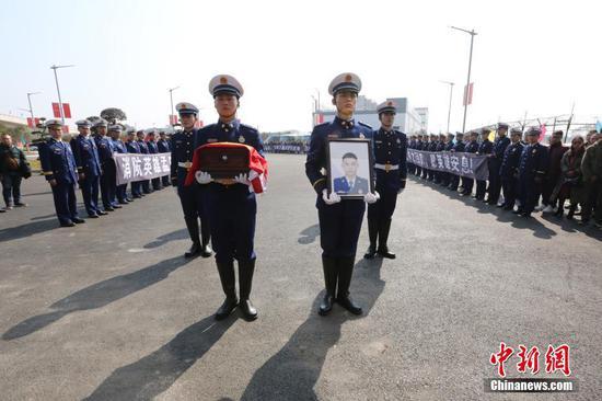 广西桂林民众迎接消防英雄孟鸣之烈士英魂返乡