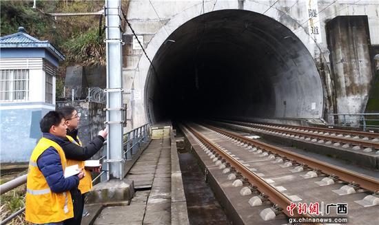 """(新春走基层)春运背后默默守护高铁安全的""""隐形人"""""""