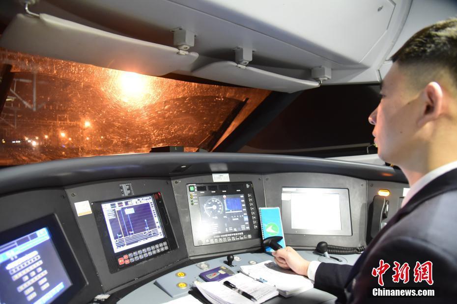 """走进广西春运高铁""""扫雷车"""" 司机时刻紧盯前方"""