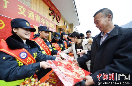 广西龙胜志愿者为旅客送祝福