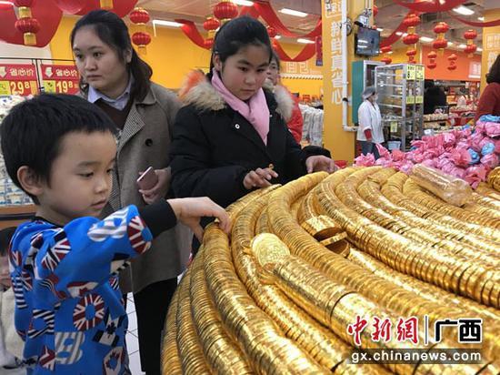 """南宁多家商场推出年货街 """"花式""""年货迎新春"""