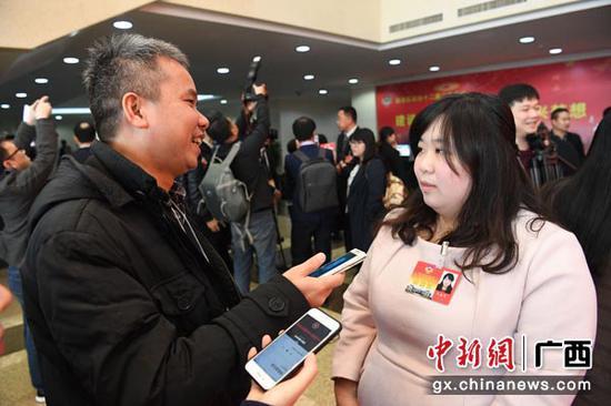 1月25日,出席广西政协十二届二次会议的港澳台侨特邀贵宾接受媒体采访。当天,为期6天的广西广西政协十二届二次会议在南宁开幕。俞靖  摄