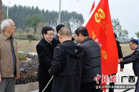图为经开控股党建共建授旗仪式。