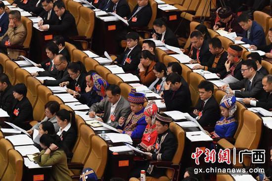 1月26日,会期6天的广西壮族自治区第十三届人大二次会议在南宁开幕。图为人大代表听取政府工作报告。俞靖 摄