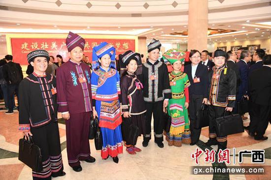 1月26日,会期6天的广西壮族自治区第十三届人大二次会议在南宁开幕。图为身着民族服装的人大代表合影。俞靖  摄