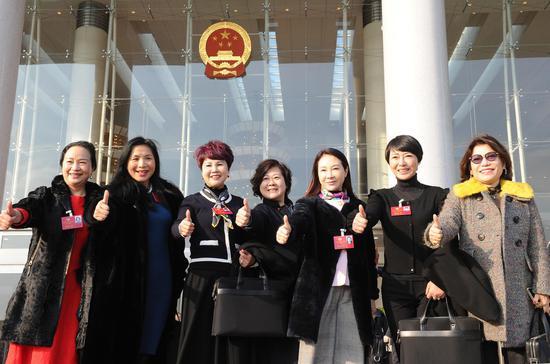 图为:女政协委员们在省人民大会堂前合影。  张茵 摄
