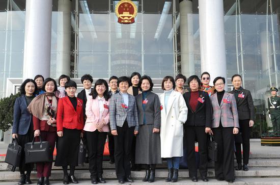 图为:多名女政协委员们在会议前合影。  张茵 摄