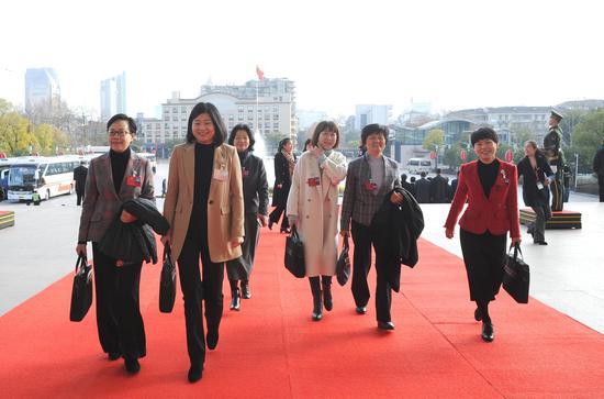 图为:政协委员们正步入会场。    张茵 摄