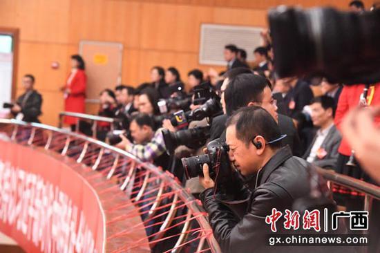 1月26日,会期6天的广西壮族自治区第十三届人大二次会议在南宁开幕。图为媒体聚焦广西十三届人大二次会议开幕 大会。俞靖  摄